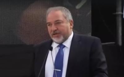 Avigdor Liberman, ministre de la Défense, pendant l'inauguration du système Fronde de David, à la base aérienne Hatzor, le 2 avril 2017. (Crédit : capture d'écran Dixième chaîne)