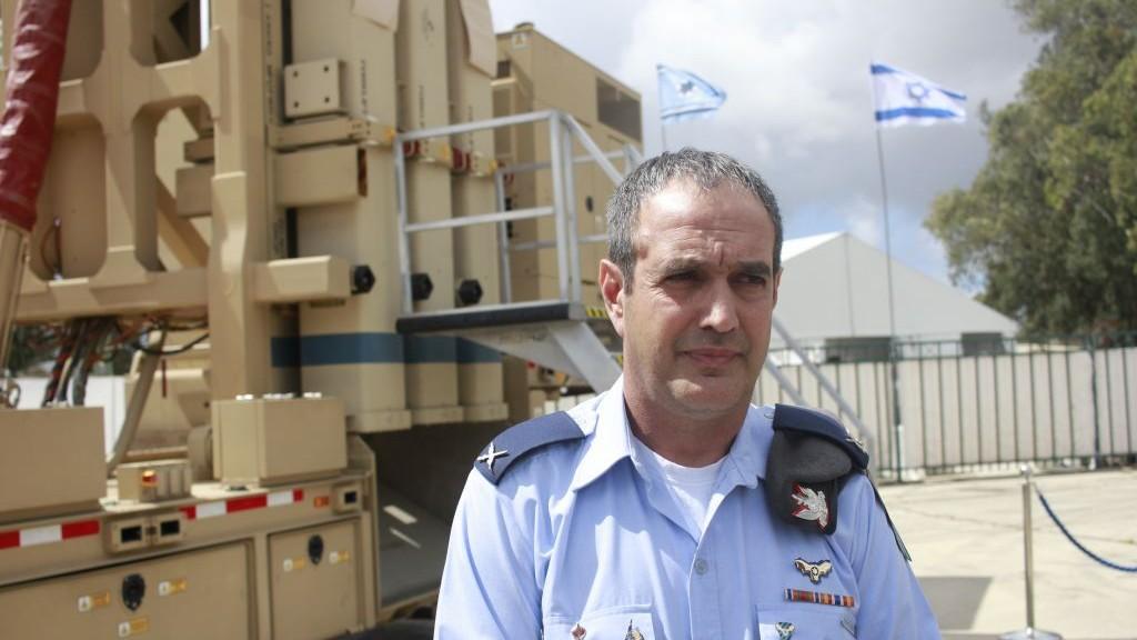 Le général de brigade Tzvika Haimovit devant une batterie du système Fronde de David, à la base aérienne Hatzor, le 2 avril 2017. (Crédit : Judah Ari Gross/Times of Israël)