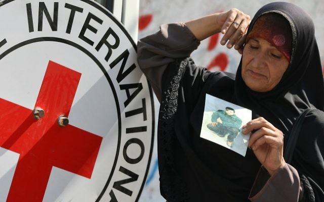 Une Palestinienne pendant une manifestation demandant la libération de tous les prisonniers palestiniens détenus par Israël, devant les locaux de la Croix Rouge à Gaza, en septembre 2008. (Crédit : Wissam Nassar/Flash90