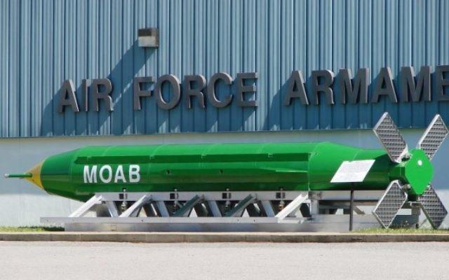 Une bombe GBU-43/B, surnommée la Mère de toutes les bombes, exposée devant le musée de l'armement de l'Armée de l'Air, sur la base aérienne d'Ebulin, en Floride. Illustration. (Crédit : Fl295/domaine public/Wikipedia)