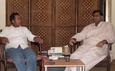 Les citoyens pakistanais Fischel (Faisal) Benkhald et son frère aîné  Mohammad Iqbal lors d'un face à face rare à Jeddah, en août 2012 (Autorisation)