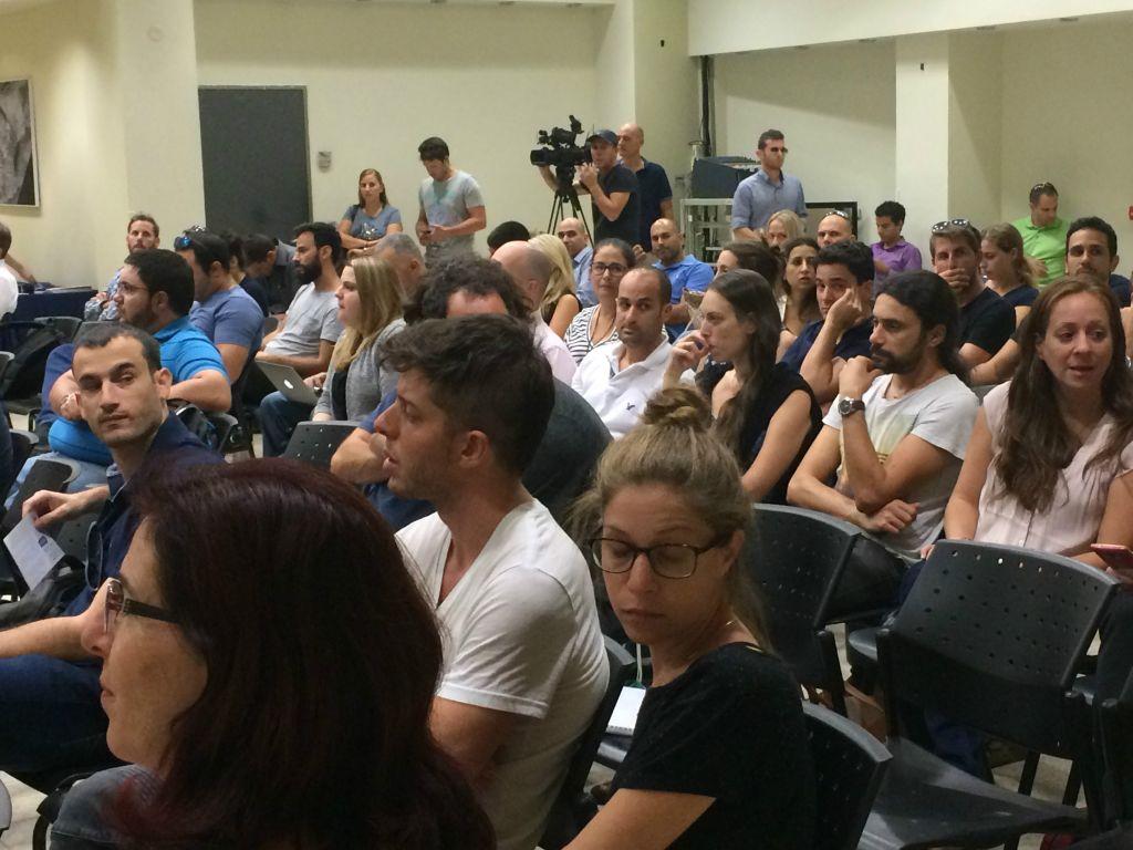 Des Israéliens lors d'une réunion de relocalisation à Herzliya organisée par Ogen (Crédit : Shoshanna Solomon/Times of Israel)