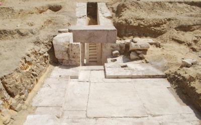 Ruines d'une ancienne pyramide retrouvée près de Gizeh et présentées le 3 avril 2017. (Crédit : ministère égyptien des Antiquités)