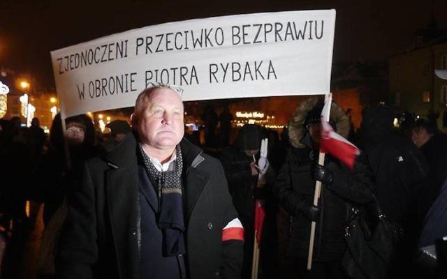 Piotr Rybak lors d'un rassemblement à son honneur à Varsovie en 2016. (Crédit : Krzysztof Bielawski/JTA)