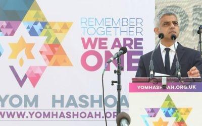 Le maire de Londres Sadiq Khan à une cérémonie pour Yom Hashoah le 23 avril 2017. (Autorisation)