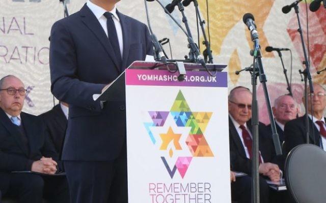 Sadiq Khan s'adresse aux personnes présentes durant une cérémonie de Yom Hashoah le 23 avril 2017 (Autorisation)