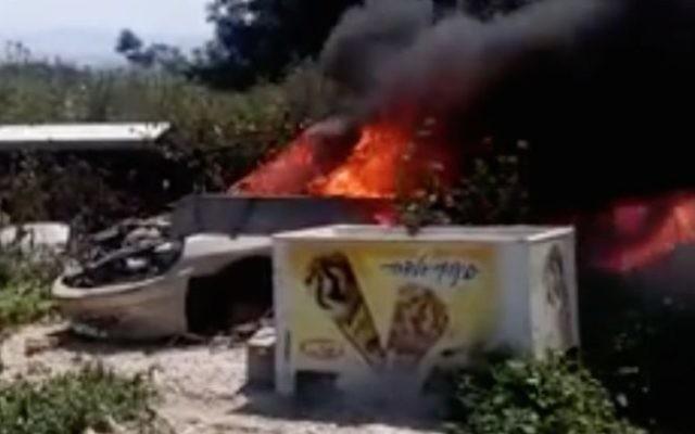 Capture d'écran d'une vidéo montrant des chiens brûlés vifs dans une voiture abandonnée à proximité de la ville arabe israélienne d'Umm al-Fahm. (Capture d'écran : Facebook)