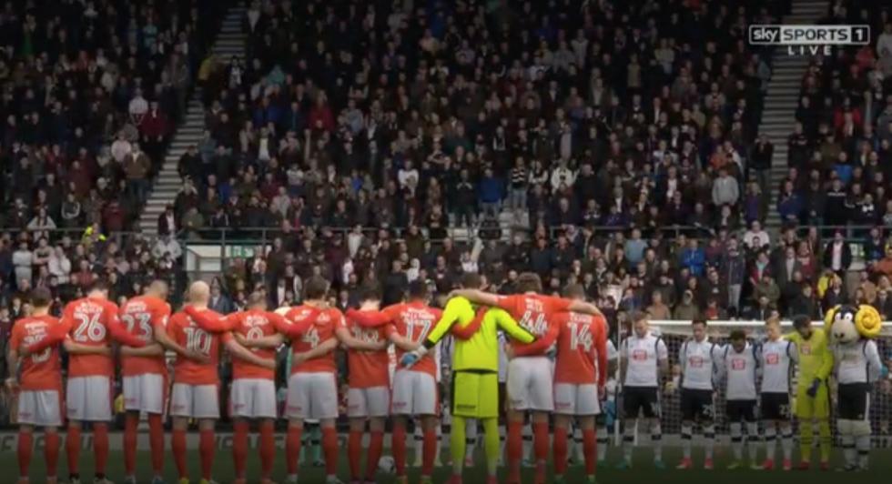 Les joueurs des clubs de football du Derby County (en blanc) et d'Huddersfield Town se recueillent durant la minute de silence organisée le 17 avril 2017 en mémoire de Hannah Bladon, assassinée à Jérusalem le 14 avril 2017. Blandon était une supportrice du Derby County (Capture d'écran : Sky)
