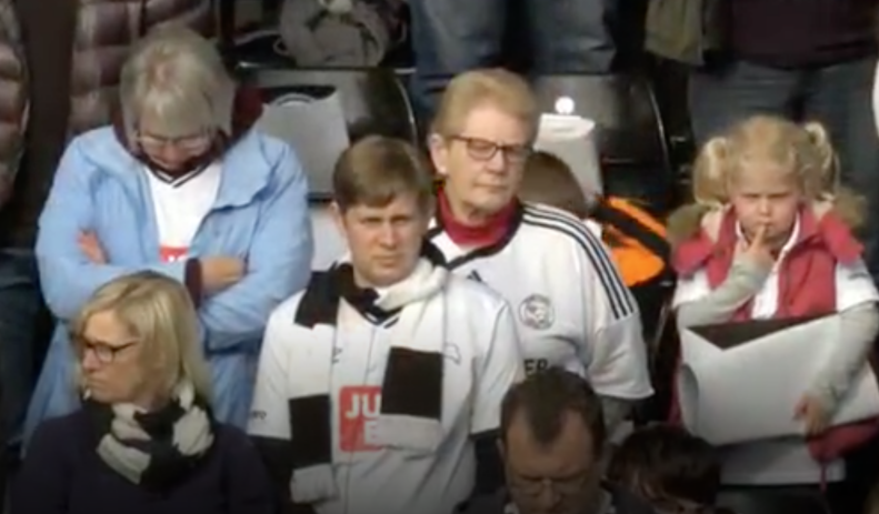 Les supporters du Derby County observent une minute de silence à la mémoire de Hannah Bladon, assassinée à Jérusalem le 14 avril 2017. Bladon était une supportrice du Derby County (Capture d'écran : Sky)