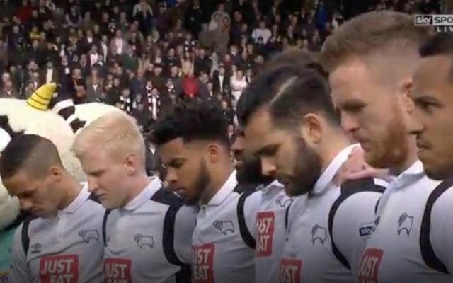Les joueurs du club de football du Derby County inclinent la tête  durant une minute de silence à la mémoire de Hannah Bladon, assassinée à Jérusalem le 14 avril 2017. Bladon était une supportrice du Derby County (Capture d'écran : Sky)