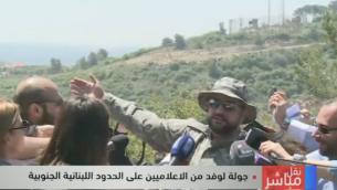L'officier du Hezbollah faisant une visite sur le terrain pour les journalistes libanais à la frontière avec Israël le 20 avril 2017. (Crédit : Capture d'écranLBC)