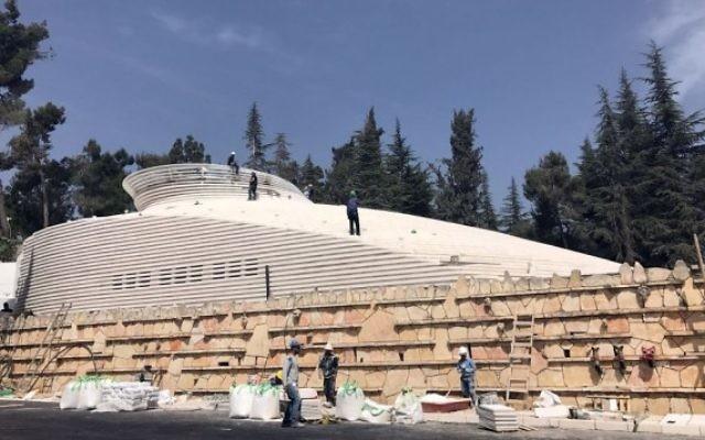Les travailleurs mettent les dernières touches au hall du Souvenir d'Israël pour les soldats tombés au combat à Jérusalem, le 27 avril 2017 (Crédit : Luke Tress / Times of Israel)