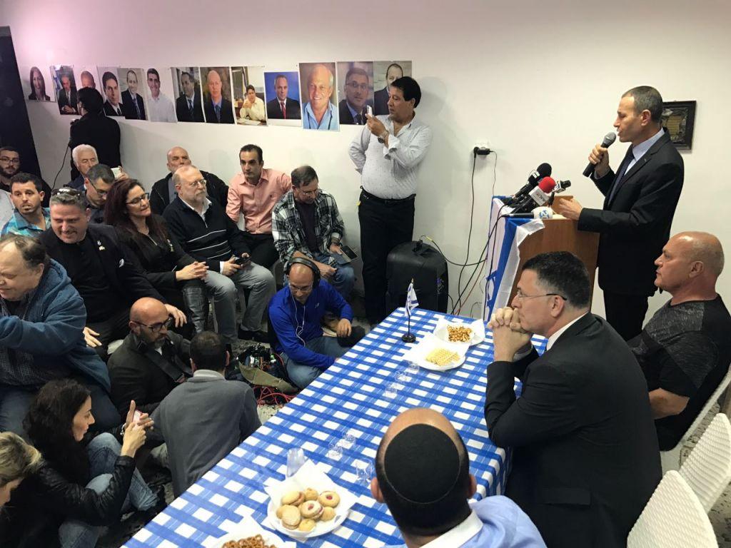 L'ancien ministre du Likud Gideon Saar annonce son retour en politique, à Akko, le 3 avril 2017. (Crédit : Autorisation)