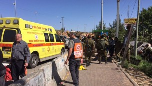 Scène d'une attaque à la voiture bélier présumée près de l'implantation d'Ofra, en Cisjordanie, le 6 avril 2017. (Crédit : Magen David Adom)