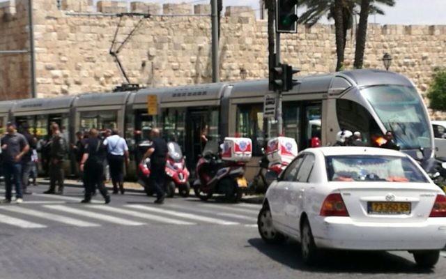 Les secouristes en pleine intervention suite à une attaque au couteau dans un tramway de Jérusalem, près de Kikar Tsahal, le 14 avril 2017 (Crédit: United Hatzalah)