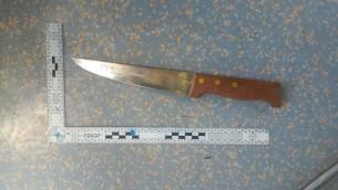 Un couteau utilisé lors d'une attaque au couteau dans le tramway de Jérusalem près de Kikar Tsahal à Jérusalem le 14 avril 2017 Crédit : (Police israélienne)