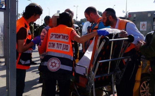 Des secouristes soignent un Israélien légèrement blessé dans une attaque à la voiture bélier dans le Gush Etzion, en Cisjordanie, le 19 avril 2017. (Crédit : Magen David Adom)
