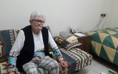 Aniuta Reznik, 85 ans, une survivante de la Shoah dans son appartement de Tel Aviv (Crédit : Marissa Newman/Times of Israel)