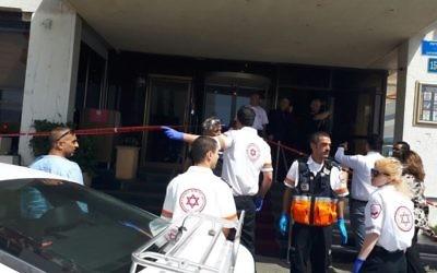 Les secouristes de Magen David Adom sur la scène d'une attaque terroriste dans un hôtel de Tel Aviv, le 23 avril 2017. (Crédit : Magen David Adom)