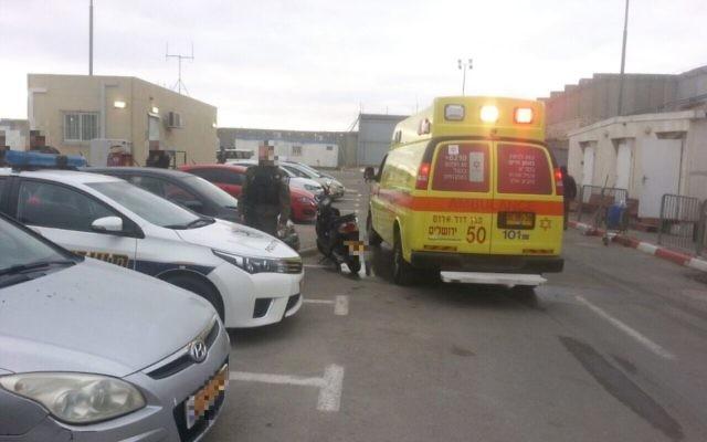 Les secouristes sur la scène d'une attaque au couteau où une soldate est légèrement blessée, près du checkpoint de Qalandiya, en Cisjordanie, le 24 avril 2017. (Crédit : Magen David Adom)