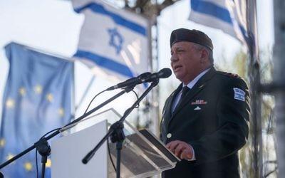 Gadi Eizenkot, chef d'Etat-major de l'armée israélienne, pendant la Marche des Vivants, sur le camp d'extermination d'Auscwhitz-Birkenau, le jour de Yom HaShoah, le 24 avril 2017. (Crédit : unité des porte-paroles de l'armée israélienne)