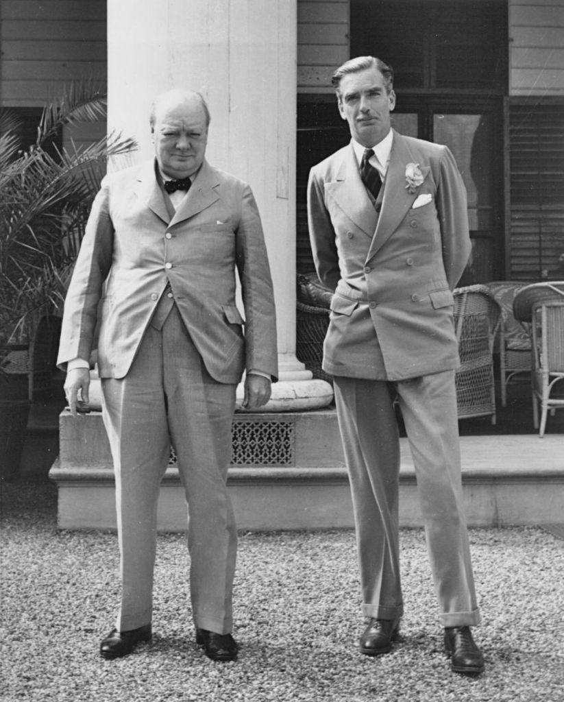Le Premier ministre britannique Winston Churchill, à gauche, et le secrétaire d'état aux Affaires étrangères Anthony Eden en 1943. (Domaine public)