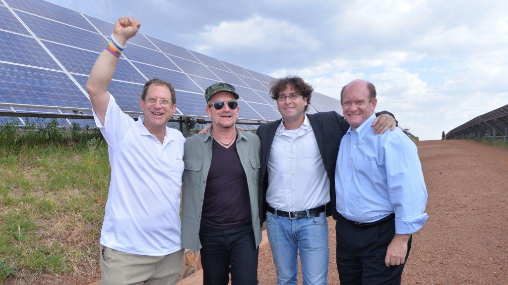 DE gauche à droite, Yosef Abramowitz, Bono, Chaim Motzen, et le sénateur du Delaware Chris Coons, au champ solaire du Rwnada, le 25 août 2015. (Crédit : Yosef Abramowitz)
