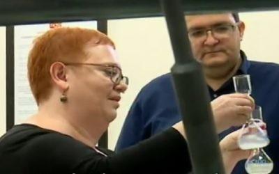 """Le fondateur de """"Unavoo"""" Yuval Maimon, à droite, lors des tests de laboratoire de l'édulcorant, en avril 2017. (Crédit : Capture d'écran / Deuxième Chaîne)"""