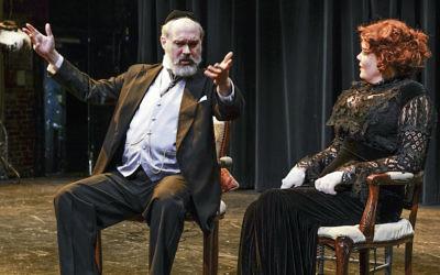 Shane Baker,à gauche et  Caraid O'Brien dans 'Dieu de vengeance', la production actuelle de la  New Yiddish Rep. (Crédit : Ronald L. Glassman/via JTA)