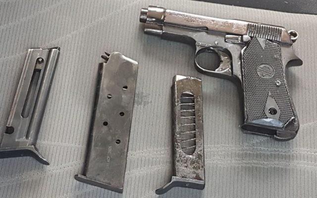 L'arme trouvé dans la voiture d'un palestinien, au nord de la Cisjordanie, le 6 avril 2017. (Crédit : porte-parole de l'armée israélienne)