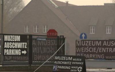 """De l'oubli aux excès de """"mémoire"""", le camp d'Auschwitz  est au centre de paradoxes non résolys (Crédit:  capture d'écran Youtube/Sauver Auschwitz?)"""