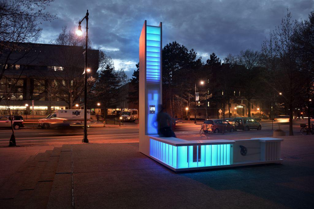 Le banc créé par le MIT qui peut être utiliser comme mobilier urbain comme endroit où se brancher lorsqu'il n'y a plus d'électricité (Autorisation : Musée d'Art de Tel Aviv)