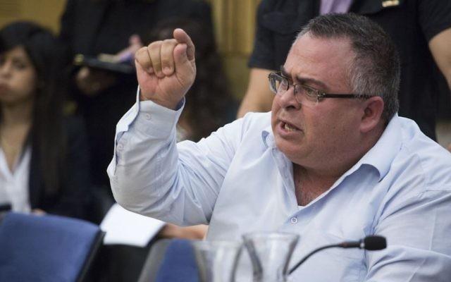 David Bitan, député du Likud et président de la coalition, s'en prend à un père endeuillé pendant une réunion de la commission du Contrôle de l'Etat sur le rapport établi sur l'opération Bordure protectrice, à la Knesset, le 19 avril 2017. (Crédit : Hadas Parush/Flash90)