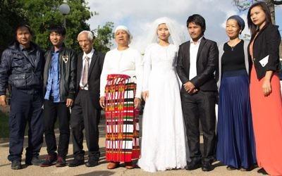 Les couples de jeunes mariés de la communauté Bnei Menashe. Ces dix couples  se sont remariés en groupe lors d'une cérémonie juive à Kfar Hasidim, en Israël, en avril 2017. (Crédit : Laura Ben-David/Shavei Israel via JTA)