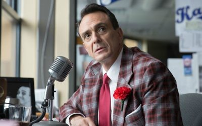 """Hank Azaria joue un commentateur de baseball dans la série """"Brockmire"""", diffusée par IFC. (Crédit : Erica Doss/IFC via JTA)"""