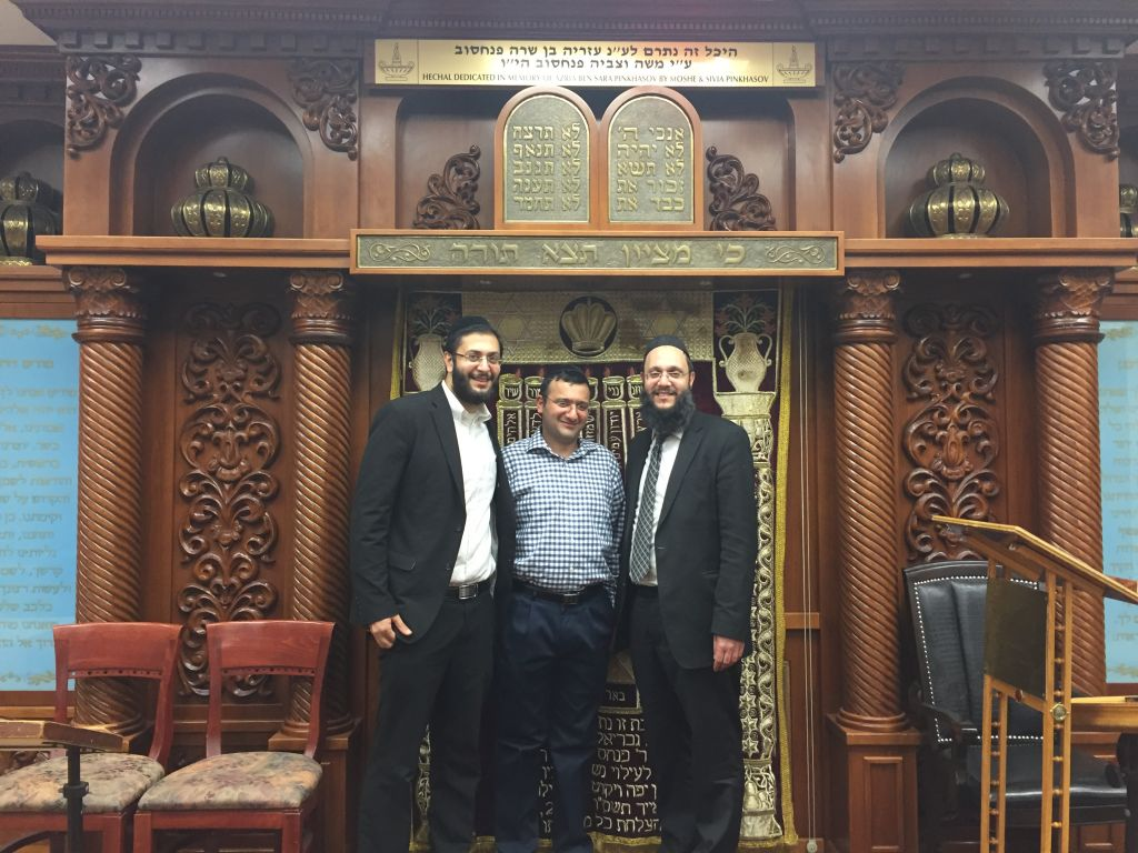 De gauche à droite : Yaniv Meirov, directeur du programme jeunesse, le dirigeant laïc Simcha Mushayev, et le Rabbin Ilan Meirov, au Beth Gavriel Center of Boukharian Jews, dans le Queens, à New York. (Crédit : Rachel Delia Benaim)