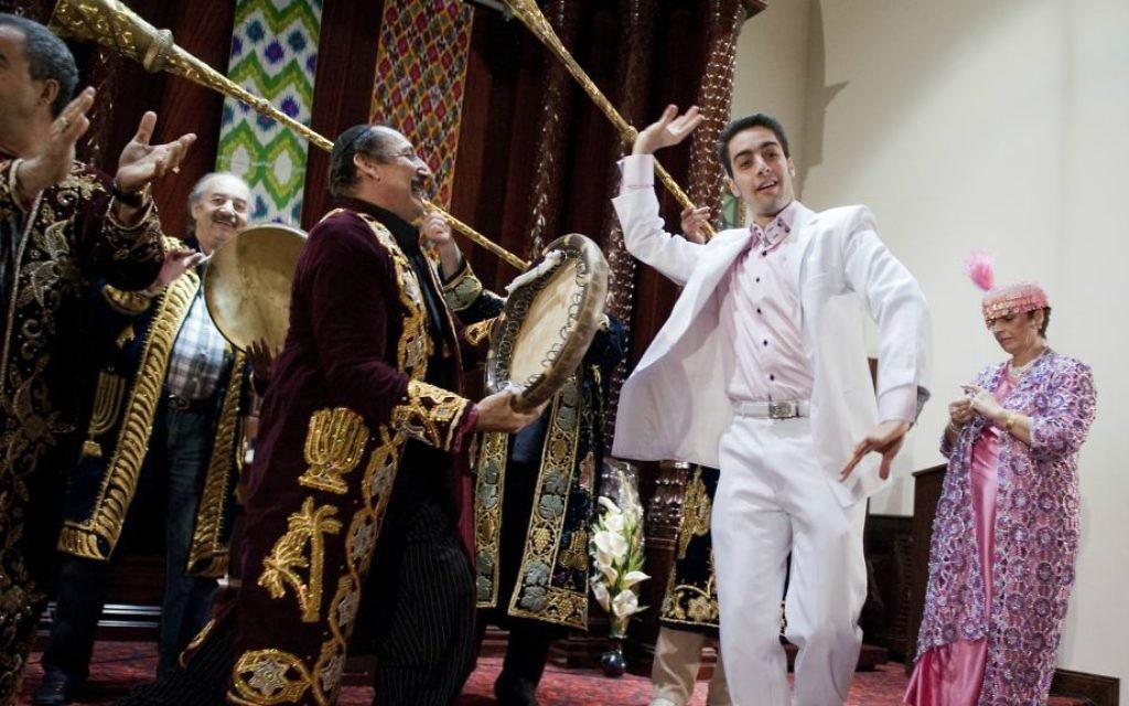 Des danseurs lors d'un fête à la Synagogue Ohr Natan, dans le quartier de Rego Park, dans le Queens, à New York. (Crédit : Tom Williams/Roll Call/Getty Images/via JTA)