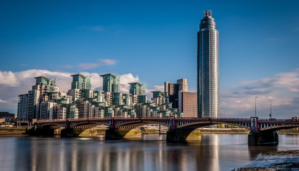 Des appartements de luxe au bord du fleuve à Londres (Crédit : dimitar_hr/iStock)