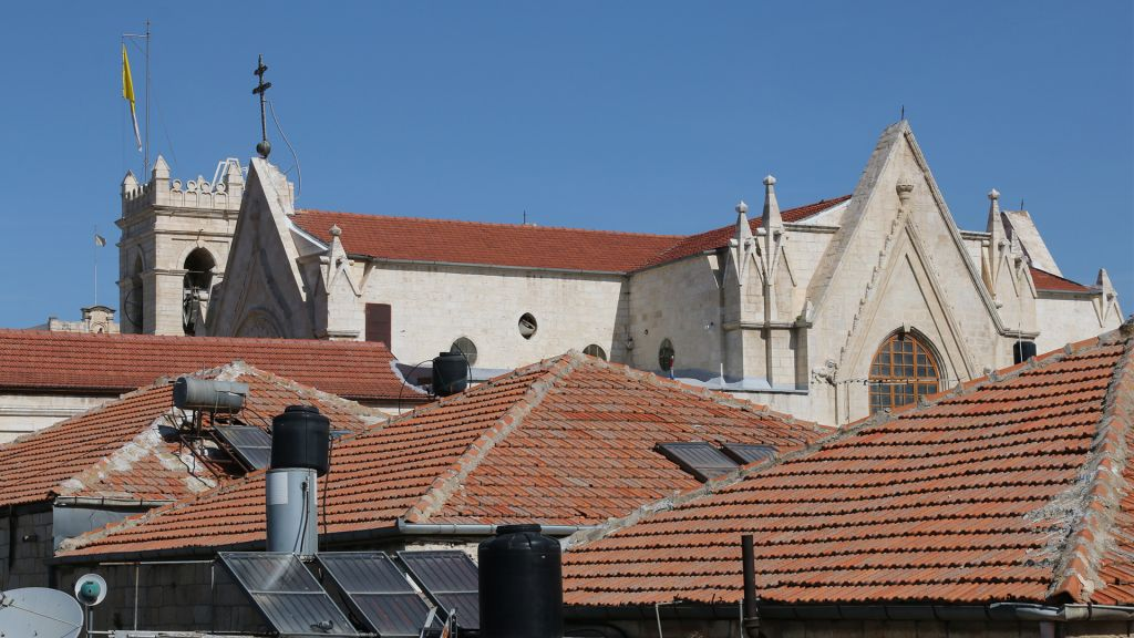 Les toits des maisons du quartier chrétien de la Vieille Ville de Jérusalem, devant le Patriarcat latin de la ville. (Crédit : Shmuel Bar-Am)