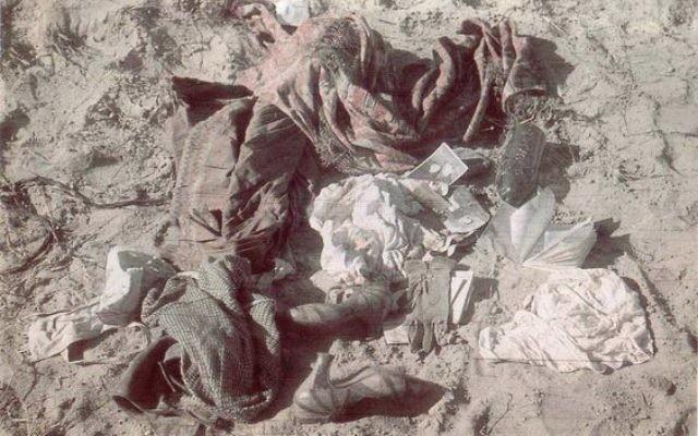 Les biens des victimes juives après le massacre de Babi Yar à Kiev, en Ukraine, fin septembre 1941. (Crédit : domaine public)