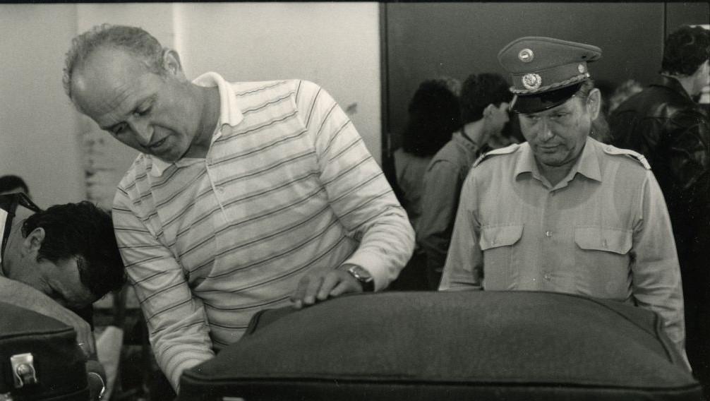 Un douanier soviétique examine les bagages (Autorisation : 'Stateless')