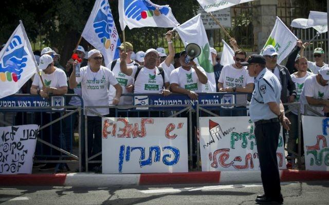 Manifestation d'employés contre la fermeture du réservoir d'ammoniac de Haïfa devant la résidence du Premier ministre à Jérusalem, le 29 mars 2017. (Crédit : Yonatan Sindel/Flash90)
