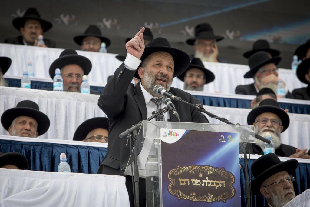 Aryeh Deri, ministre de l'Intérieur et chef du parti Shas, durant une conférence El Hamaayan à l'occasion de Pessah, au Teddy Stadium de Jérusalem, le 13 avril 2017. (Crédit : Yonathan Sindel/Flash90)
