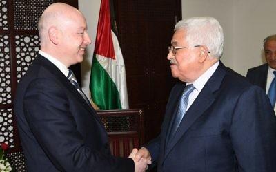 Le président de l'Autorité palestinienne Mahmoud Abbas, à droite, avec Jason Greenblatt, conseiller et envoyé spécial du président américain pour les négociations internationales, au bureau d'Abbas à Ramallah, en Cisjordanie, le 14 mars 2017. (Crédit : WAFA)