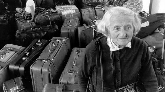Une femme âgée garde les bagages dans une gare autrichienne en 1989. (Autorisation 'Stateless')