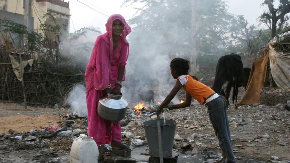 Une Indienne et sa fille portent un seau d'eau dans les rues de Pushkar Rajasthan. Illustration. (Crédit : Liron Almog/Flash90)