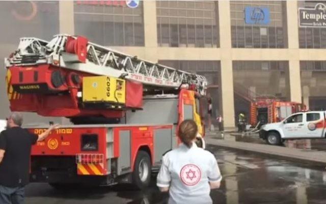 Les personnels médicaux des équipes d'urgence et les pompiers sur les lieux d'un incendie qui a éclaré au complexe  Cinema City de Glilot le 11 avril  2017. (Capture d'écran : YouTube)