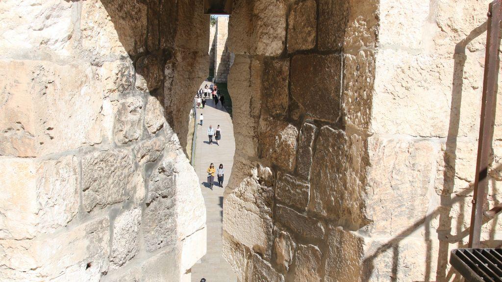 Les fortifications de Jérusalem, construites par les Turcs au 16e siècle, présentes des meurtrières pour les archers défendant les murs. (Crédit : Shmuel Bar-Am)