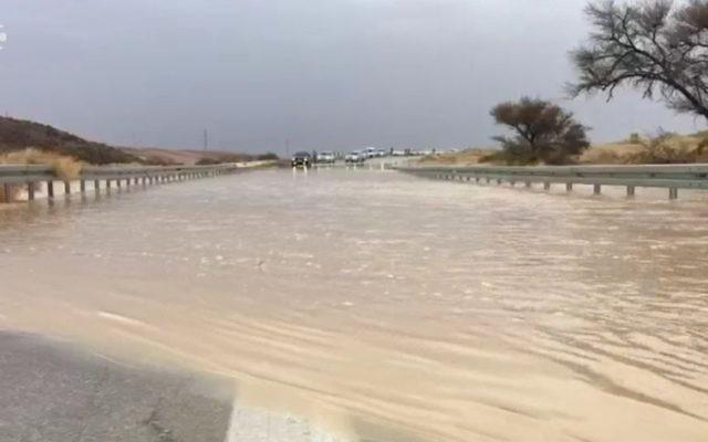 Des inondations ont causé la fermeture de l'autoroute 40 qui mène à Eilat, le 13 avril 2017. (Capture d'écran : Dixième chaîne)