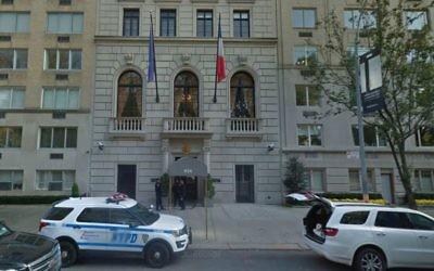Un véhicule de la police de New York garé devant le consulat français de la ville, à Manhattan. Illustration. (Crédit : capture d'écran Google Street View)
